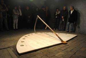 """Bogdan Chmielewski, """"Zegar słoneczny"""", obiekt, 2015 (autor pierwszy z prawej)"""