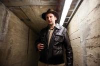 """Współczesny """"Indiana Jones"""" w tunelach łączących obiekty dawnej fabryki."""