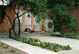 Pomnik zamordowanych nauczycieli przy ul. Artyleryjskiej 4