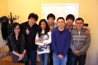 Od lewej: Rao Fu (娆付), Zheng Chen Xin (郑辰鑫), Ling Ling (玲玲), An Cong Xiao (安丛笑),  Guo Chao (郭超), Zhang Chi (张驰) i Wang Yi (王奕)