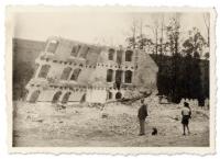 Zdjęcie przedstawia  – najpewniej – rozbiórkę młyna Rudolf na Wyspie Młyńskiej. Wtle widać budynki magazynów wojskowych znajdujących się po drugiej stronie rzeki (dziś mieści się tam Opera Nova i parking).
